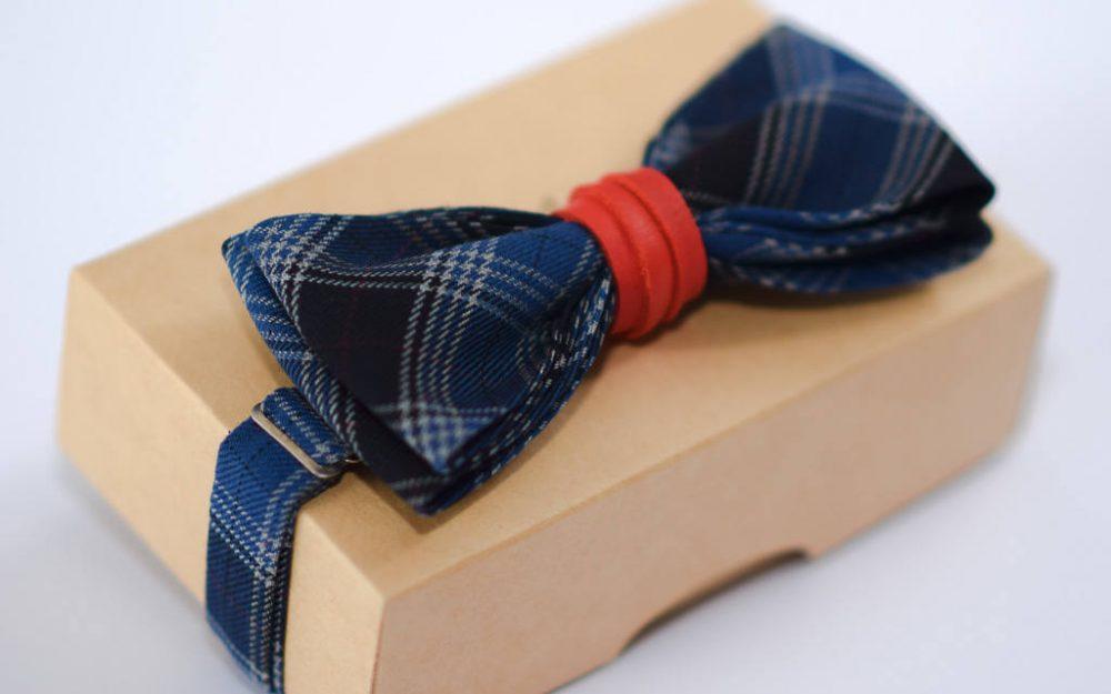 Mėlyna languota peteliškė su raudonos, rudos arba juodos odos perrišimu
